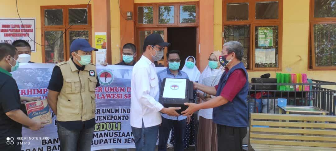 PDUI Sulsel serahkan Bantuan Obat-obatan dan Bahan Makanan Kepada Korban Banjir di Jeneponto